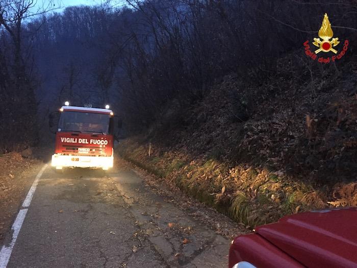 Vasto incendio nel bosco a Cadegliano, intervengono i Vigili del Fuoco. Operazioni sospese