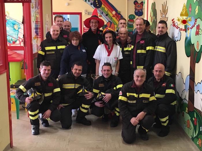 Provincia di Varese, la Befana dei vigili del fuoco in visita ai bambini