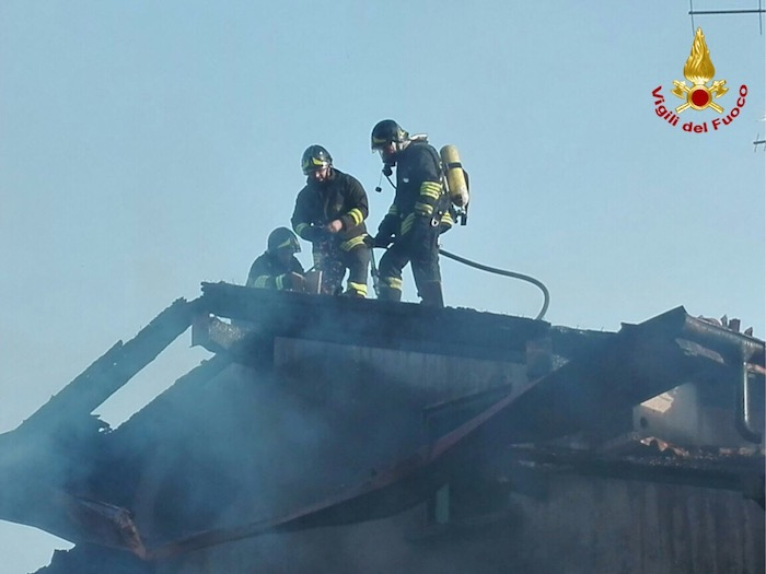 Cuasso al Monte, in fiamme una casa. Distrutti due veicoli all'interno di un box