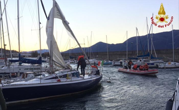 Luino, si rompe l'albero della barca a vela. I Vigili del Fuoco li salvano dalle acque del lago