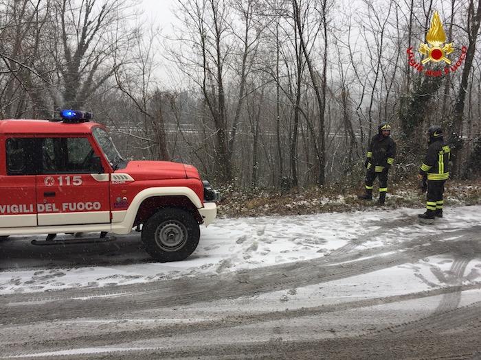 Scende la neve, incidente in Valcuvia: auto finisce in una scarpata, ferita una donna