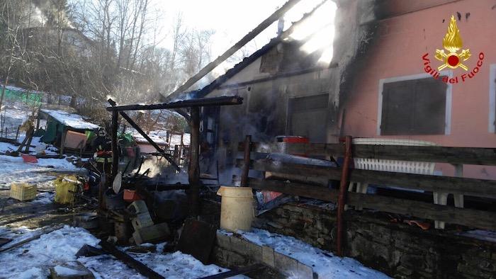 Castelveccana, in fiamme il tetto di una casa. Difficoltoso intervento dei Vigili del Fuoco