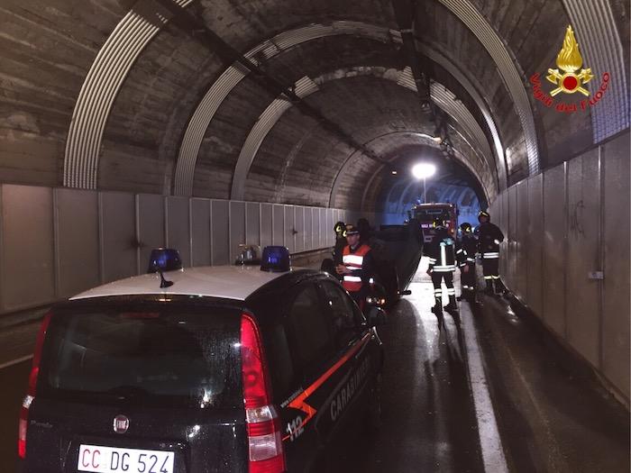 Castelveccana: si ribalta in galleria, 49enne ferito. SP 69 chiusa per un'ora