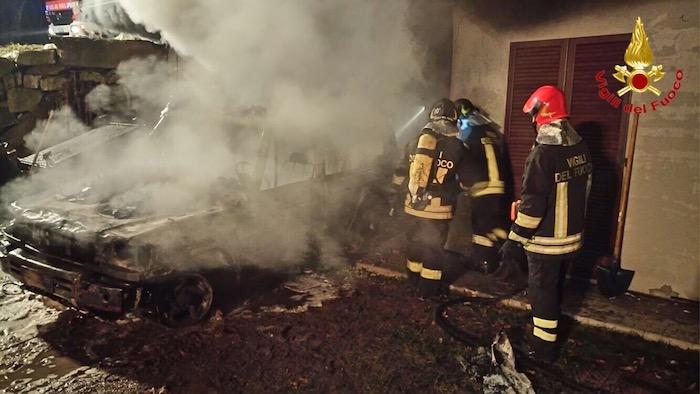 Capodanno, numerosi interventi dei Vigili del Fuoco in tutta la provincia. A Grantola in fiamme un'auto