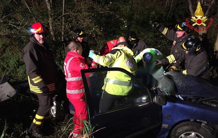 Incidente sul Cucco, frontale tra due auto: tre feriti, interviene l'elisoccorso