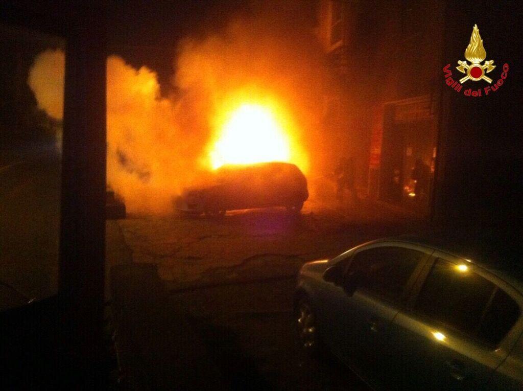 Laveno Mombello, nella notte a fuoco tre auto posteggiate vicino ad un condominio