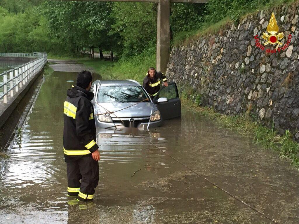 A Lonate Pozzolo una vettura rimasta intrappolata nell'acqua