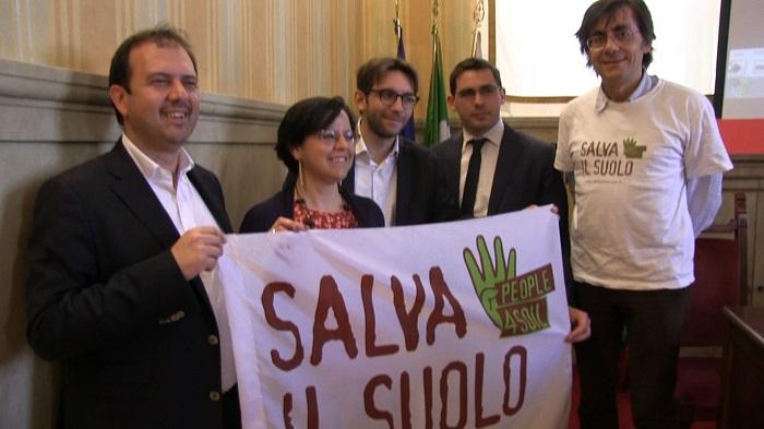 Legambiente, nella Giornata Mondiale della Terra, in piazza a sostegno della campagna #salvailsuolo