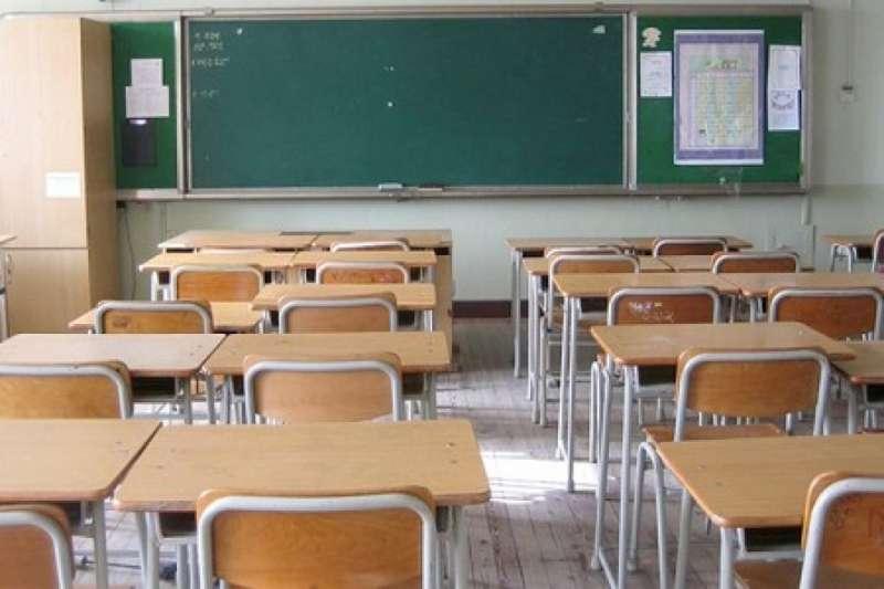 Sicurezza scuole, sindaco per protesta diventa baby sitter per un giorno