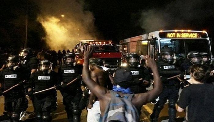 """Charlotte, dodici agenti feriti negli scontri. """"Black lives matter"""" tra gli slogan dei manifestanti"""