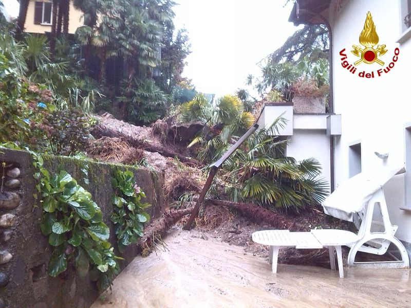 Il maltempo colpisce l'alto Varesotto: a Luino una donna rimane bloccata in un sottopasso con l'auto, a Laveno evacuate due famiglie