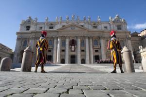 Due guardie svizzere in Piazza San Pietro (fanpage.it)