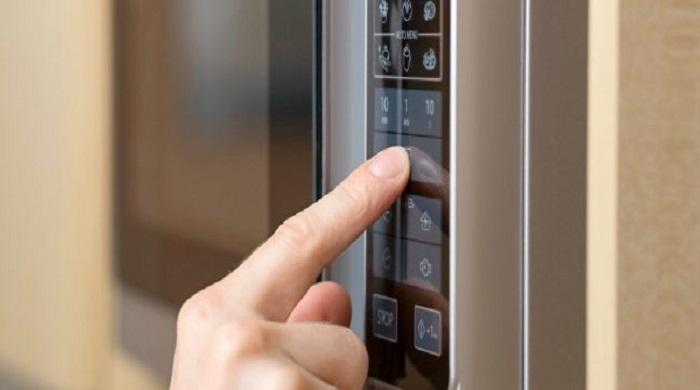 Cucina, si usa il microonde per comodità, ma ci sono alimenti che non ci vanno d'accordo