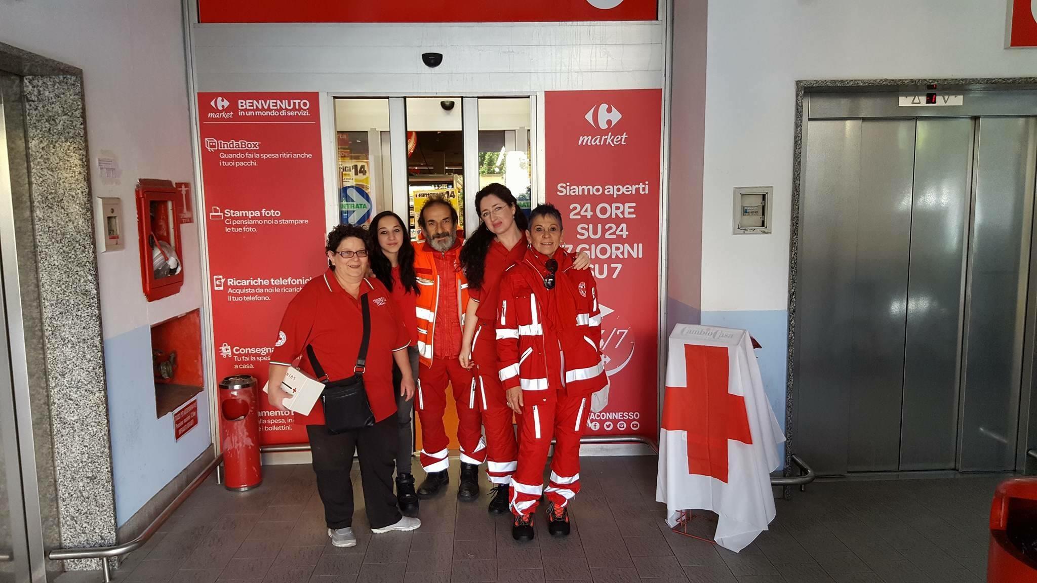 Tre tonnellate di alimenti raccolti in tre sabati dai volontari della Croce Rossa di Luino
