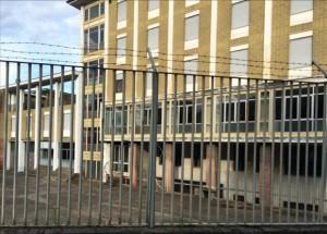 """L'esterno della caserma della Guardia di Finanza """"Luigi Moi"""" di Lavena Ponte Tresa (bluewin.ch)"""