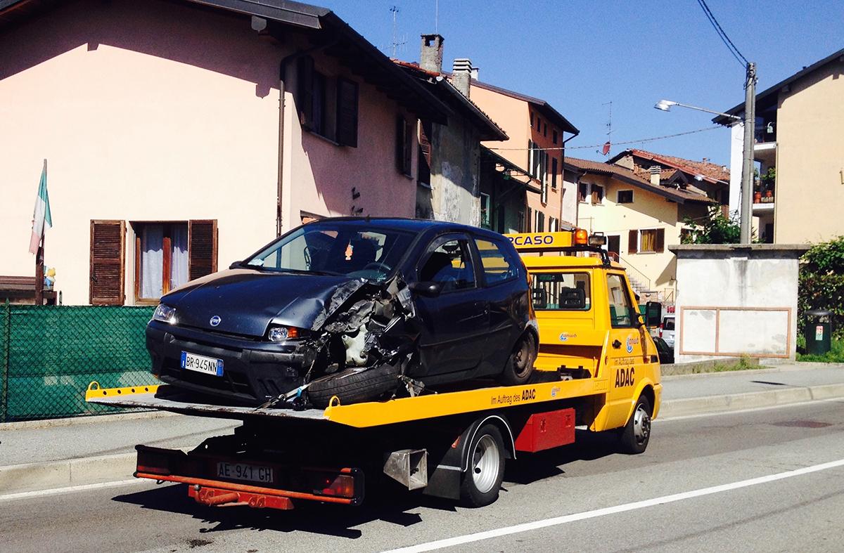 Luino, perde il controllo dell'auto e finisce contro un muretto. 19enne in codice giallo all'Ospedale di Cittiglio