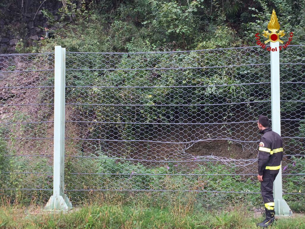 Caduta una frana sulla strada tra Germignaga e Porto Valtravaglia: circolazione bloccata