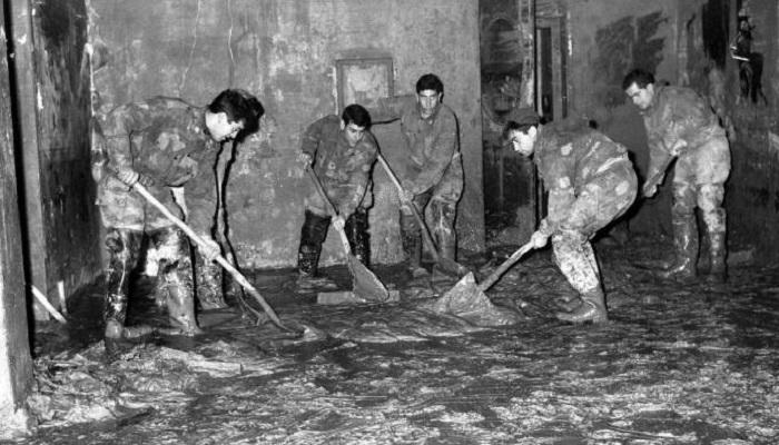 """50 anni dall'alluvione di Firenze. Gli Angeli del Fango ai giovani:""""Aiutate le popolazioni terremotate"""""""