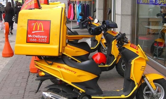 """Contro la crisi, McDonald's a domicilio: """"I clienti non vengono da noi? Andiamo noi da loro"""""""