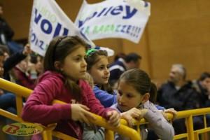 """Le piccole """"tifosissime"""" della Luino Volley (Foto © Roberto Ballardin)"""