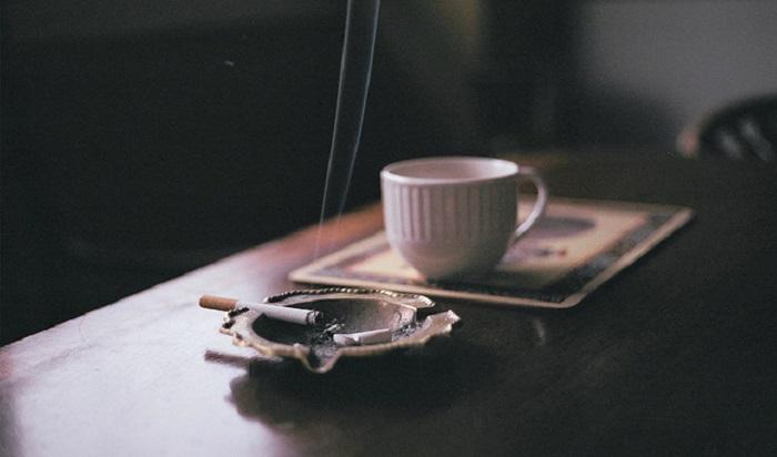 Caffè e sigaretta, una ricerca scientifica spiega perché piace