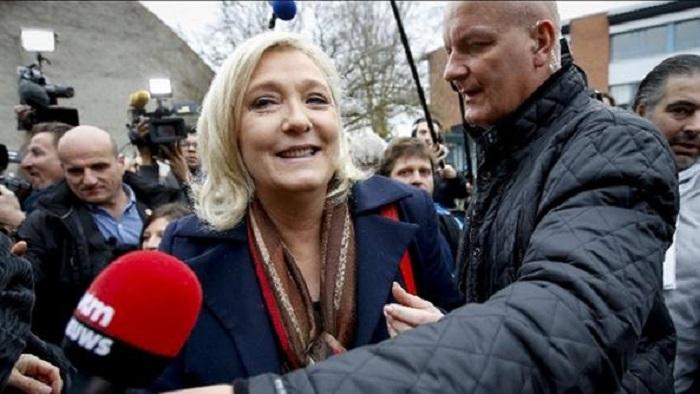"""Le Pen sfida i giudici e non si presenta all'interrogatorio. Moscovici: """"Vuole uccidere l'Europa"""""""