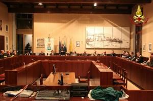 Il vertice di ieri sera nella sala consiliare del Comune di Luino