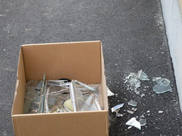 I vetri rotti della finestra del bagno dopo l'esplosione (Rescue Media)
