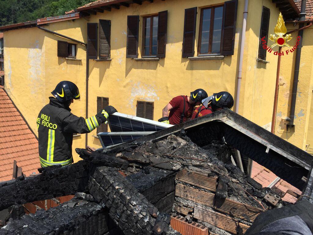 Maccagno a fuoco il tetto di una casa nel centro storico for Nessun piano di casa nel seminterrato