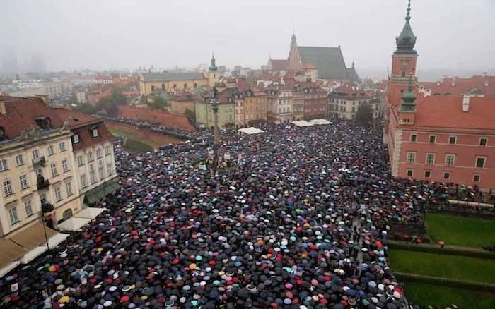 """""""Black Monday"""", il corpo è mio e decido io. Migliaia le donne scese in piazza a Varsavia"""