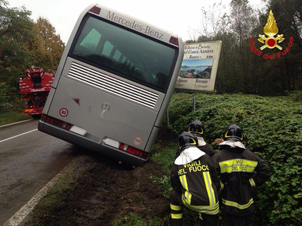 Lo scuolabus finito fuori strada ad Angera. Nessun problema per i 35 bambini