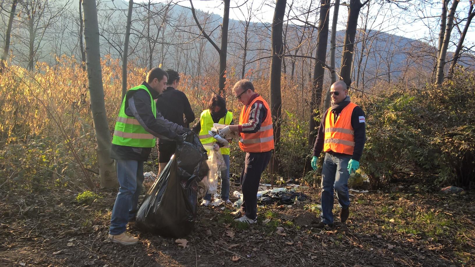 Gli amministratori luinesi sulla strada del Cucco, impegnati nella raccolta di rifiuti