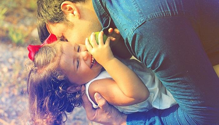 """Famiglie italiane, molti più genitori giocano con i figli. Pediatri: """"Necessario per benessere psicologico del bambino"""""""