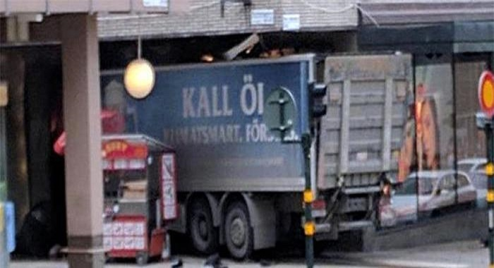 Stoccolma, camion sulla folla: tre morti e momenti di terrore