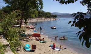"""Una spiaggia di Cannobio, località che ha conquistato la """"Bandiera Blu"""" (distrettolaghi.it)"""