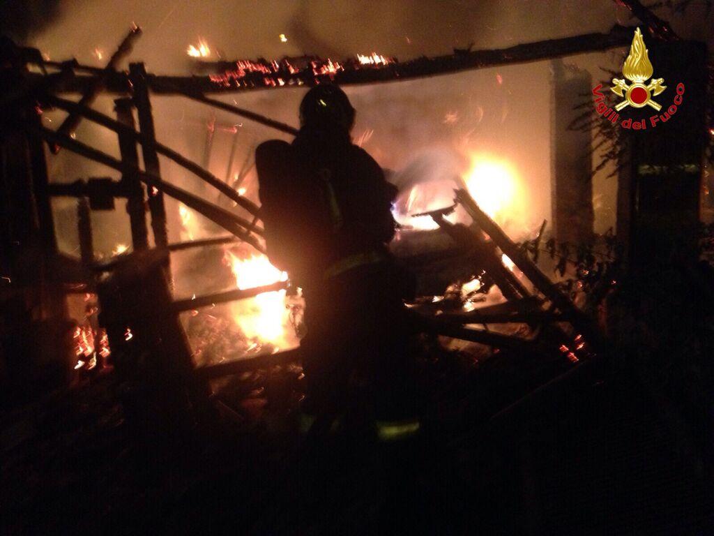 Cugliate Fabiasco: a fuoco un garage e deposito. Nell'incendio distrutta anche un'auto