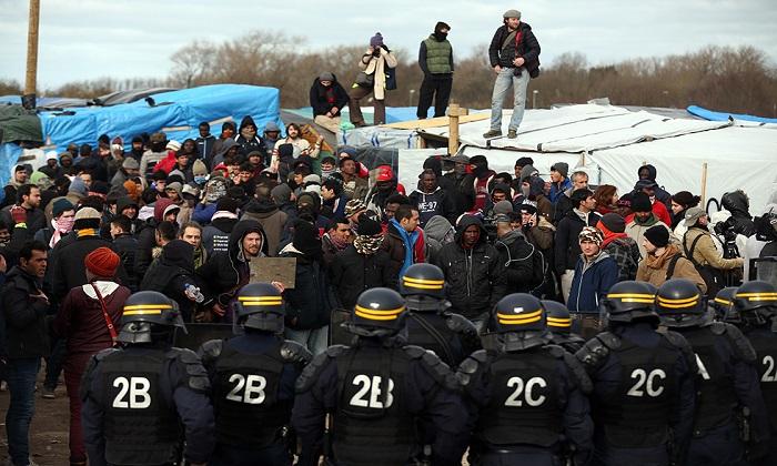 Calais, sono iniziate le operazioni di sgombero della bidonville