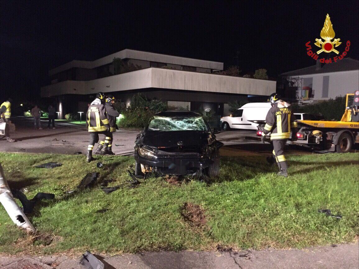 Auto si ribalta e abbatte un palo della luce, due ragazzi finiscono in ospedale