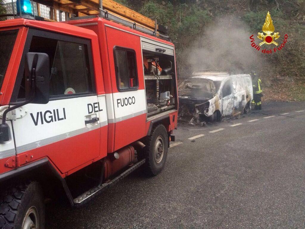 Cittiglio: furgone prende fuoco, salvo il conducente. Intervengono i Vigili del Fuoco