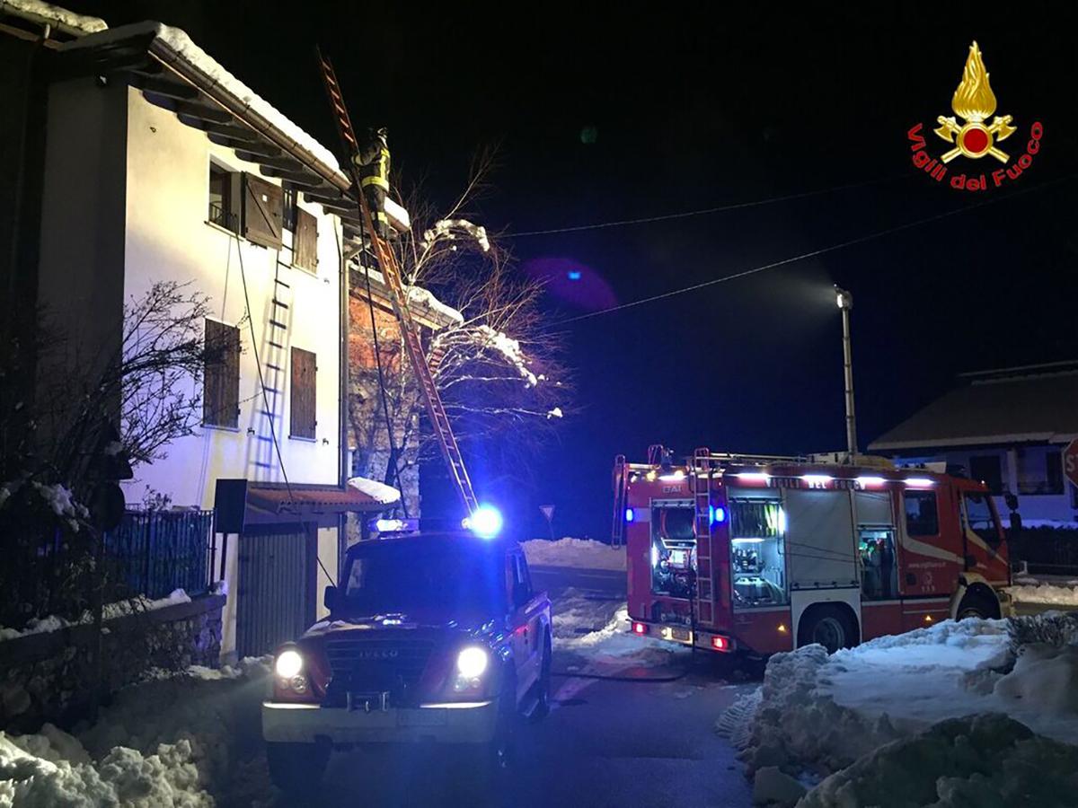 Luino, nonostante la neve incendi sui tetti di tre case. Numerosi interventi dei Vigili del Fuoco