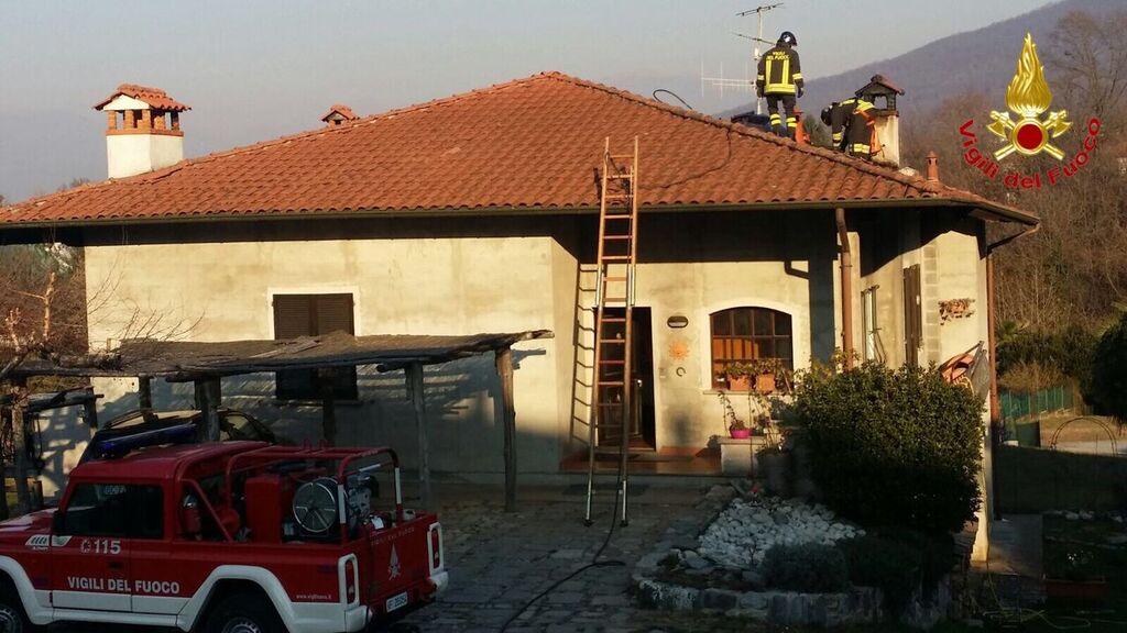 Castelveccana: a fuoco il tetto di una villetta, intervengono i Vigili del Fuoco