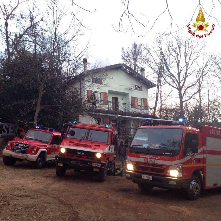 Nella notte a fuoco una villetta in una zona boschiva di Brinzio