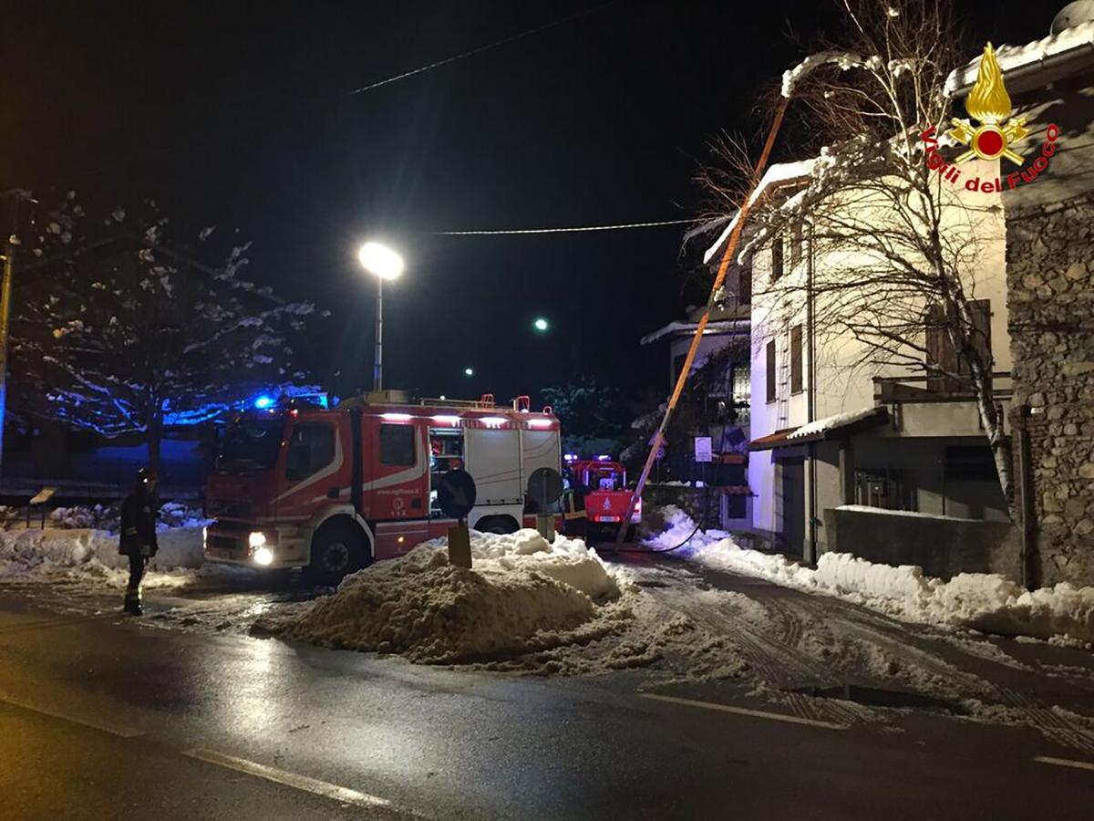 Nonostante la neve nel luinese incendi sui tetti di tre case. Numerosi interventi dei Vigili del Fuoco