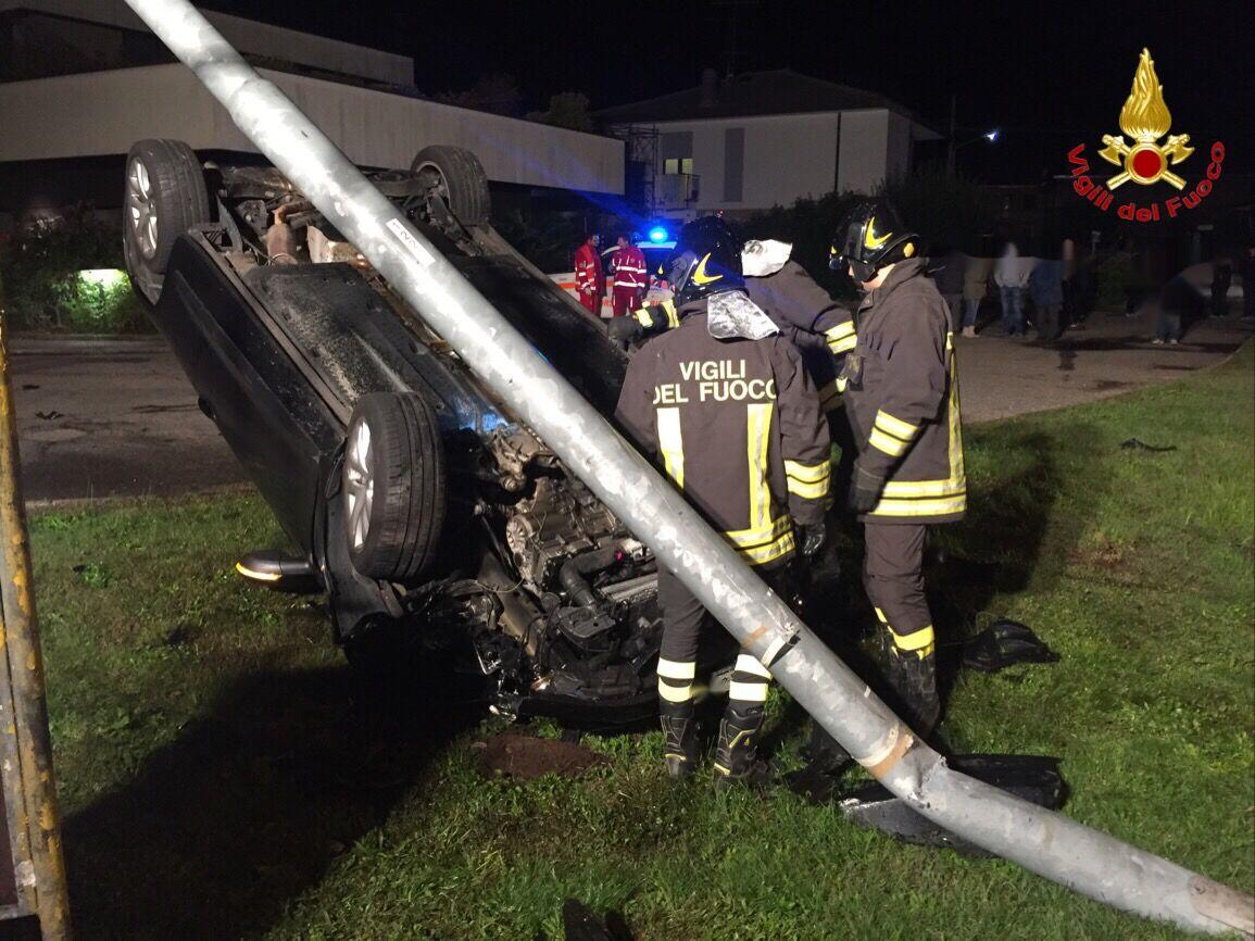 Si ribalta in auto e abbatte un palo della luce, due ragazzi finiscono in ospedale