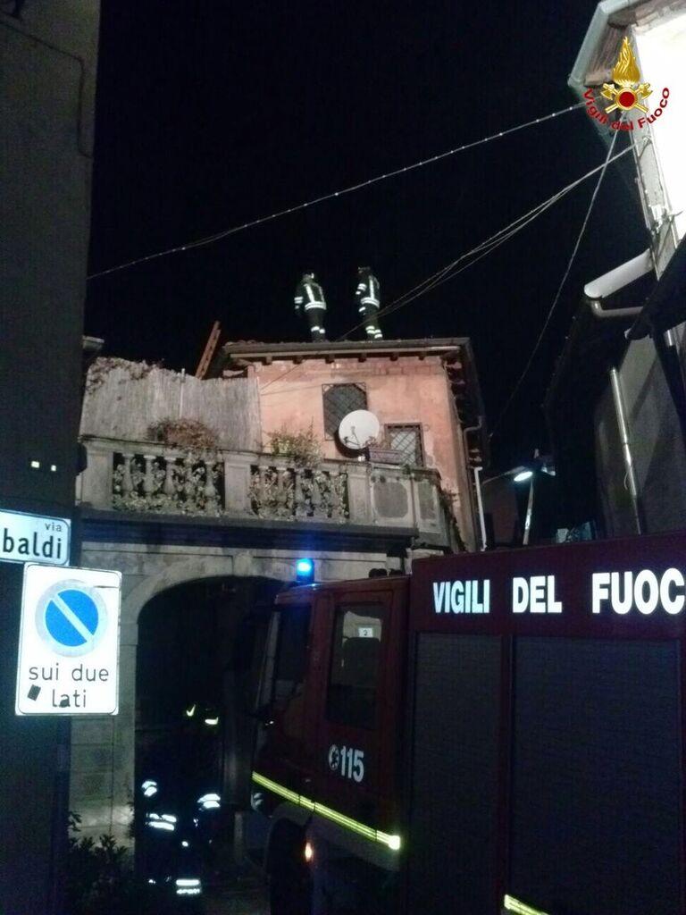 Incendio nel centro storico di Marchirolo, distrutto il tetto di un'abitazione. Intervento complesso per i Vdf