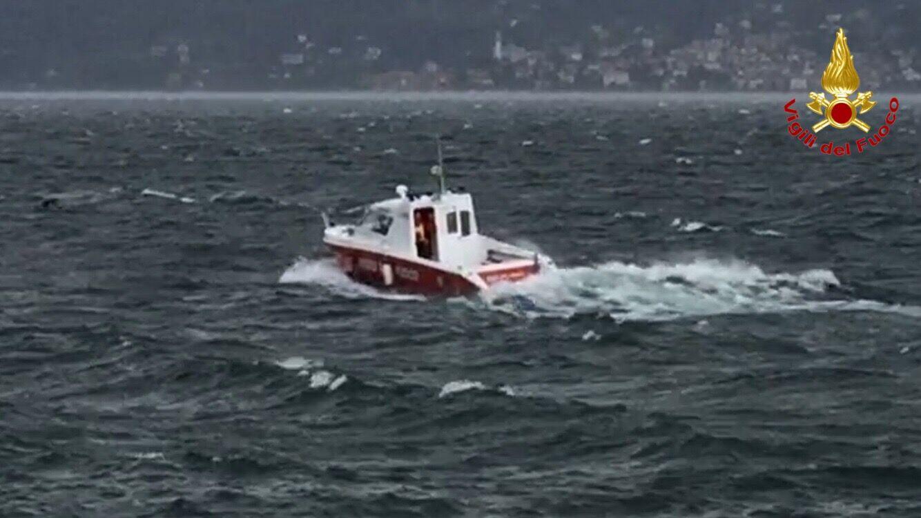 Barca si ribalta nel lago vicino Germignaga, sbalzati in acqua due uomini