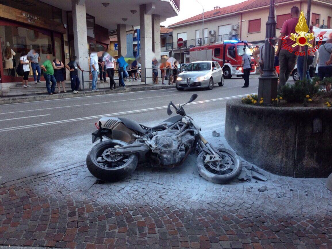 Lavena Ponte Tresa, 18enne in moto ferito dopo esser finito contro un muretto. Il mezzo in fiamme (Vigili del Fuoco