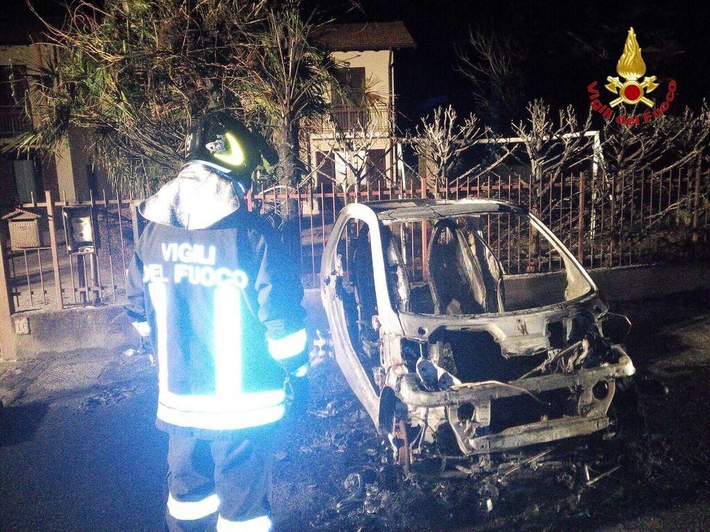 Montegrino: nella notte auto in fiamme, intervengono i Vigili del Fuoco