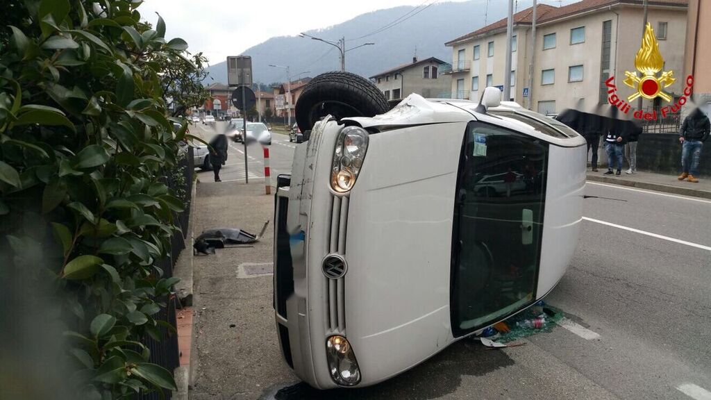 Lavena Ponte Tresa: auto si ribalta in via Luino, illesa la 35enne al volante