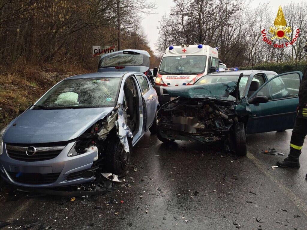 Frontale tra due auto a Cuvio: due persone all'Ospedale di Cittiglio